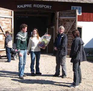 Austurs ordförande Ingrid Jacobsson & sekreterare Yvonne Norrby gratulerar Cathrine Möller & Micke Sandström till deras nyöppnade butik.